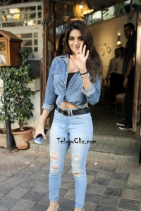 Nidhhi Agerwal Navel in Jeans HQ