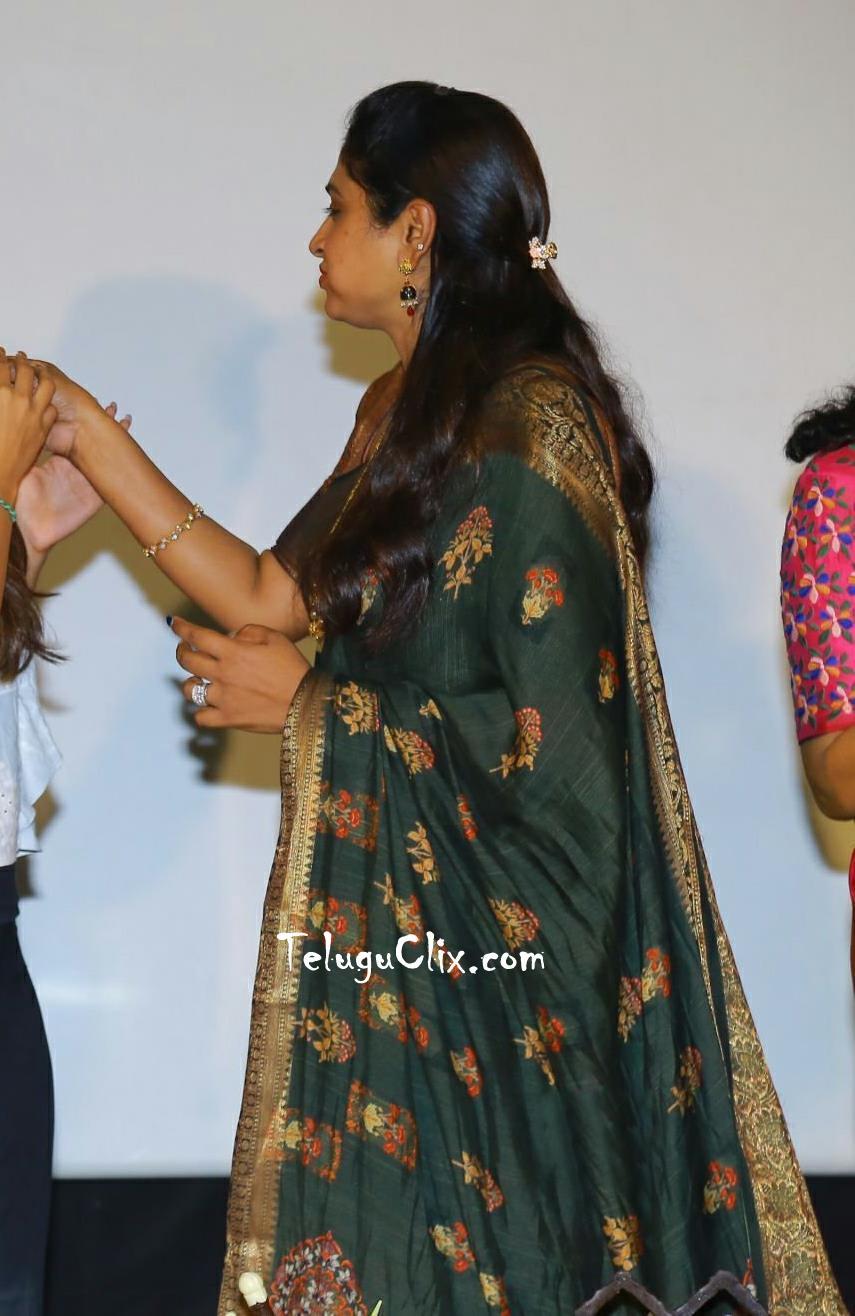 praveena-kadiyala-in-saree-10.jpg