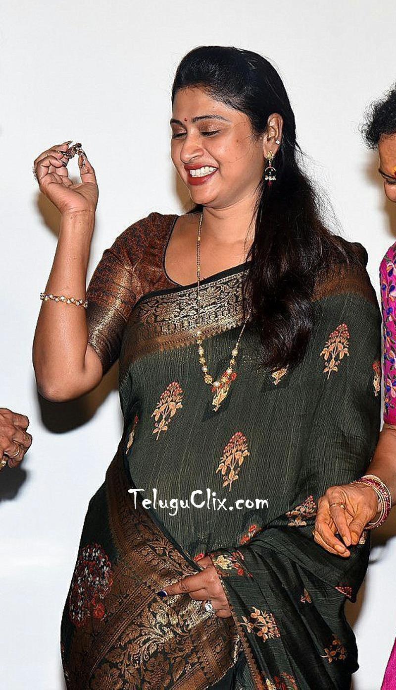 praveena-kadiyala-in-saree-6.jpg