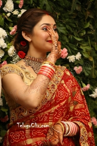 Sayyeshaa Saigal in Saree HD Photos