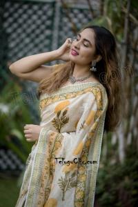Srushti Dange in Saree HD